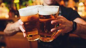Der Barmann auf dem Weg Lager Biere zu servieren