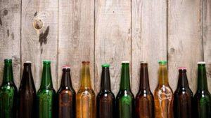 Bierflaschen auf einem Holztisch
