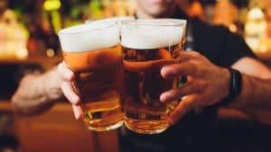 Barmann serviert mehrere große Biere