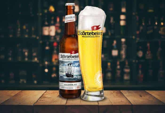 Eine Flasche plus Glas Atlantik Ale auf einem Holztisch