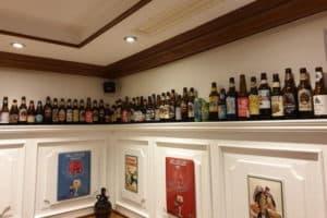 Hopfen & Salz Gastraum mit Flaschen im Regal