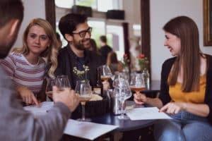 Freunde am Tische, essen, trinken, quatschen