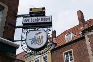 Bunter Vogel - Logo an der Außenwand