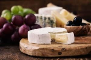 eine feine Käseauswahl und trauben auf dem Tisch