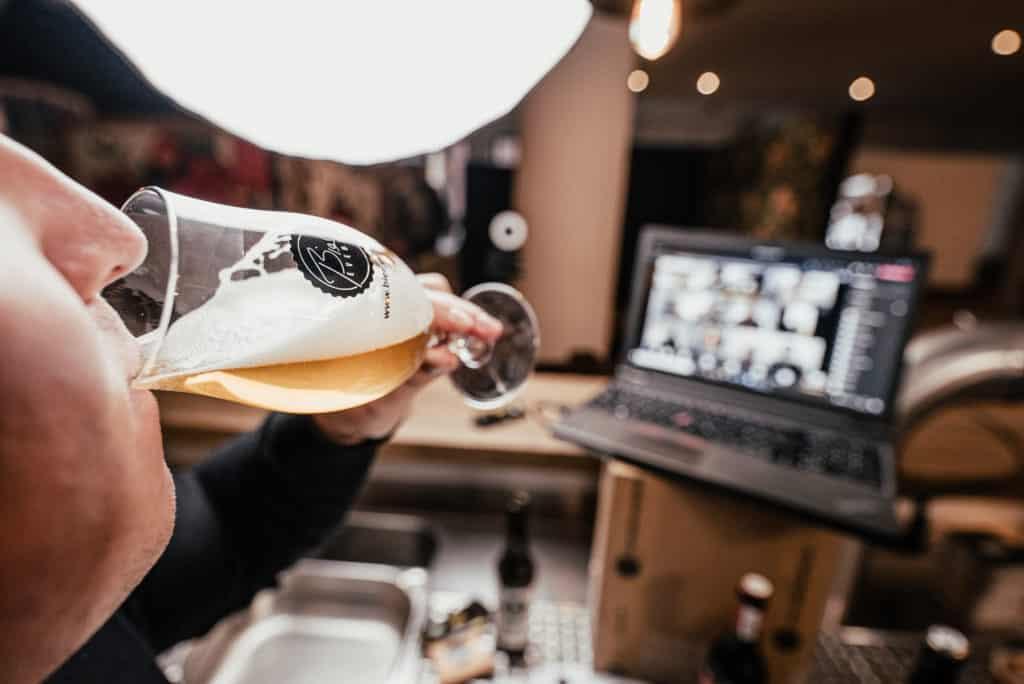 Live Bier Tasting für Firmenevents - Biersommelier vor Laptop