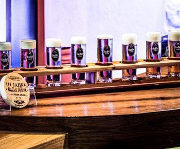 Kölner Treff Theke mit einem Meter-Bier