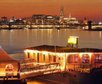 Blick auf die Rhein-Roxy vor Kölner Skyline am Abend